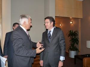 Feijoo (derecha) conversa con el presidente de la Eurocámara