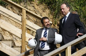 El delegado del Gobierno en Galicia (a la derecha, durante una visita institucional) aportó datos sobre la dotación policial para el 2010