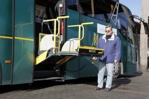 El autocar sustituye las escaleras por una rampa