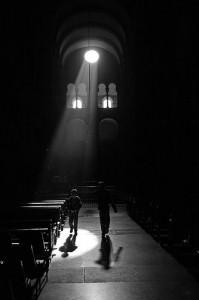 El acceso a la catedral con mochila aún no está restringido (foto J.C. Rojas)