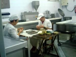 operarios envasando el pescado