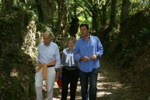 El presidente de la Diputación de Lugo, José Ramón Gómez Besteiro (derecha) presentó el programa de las rutas cardiosaludables realizando una a su paso por Castroverde, acompañado de cardiólogos