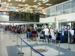 turistas llegando al aeropuerto