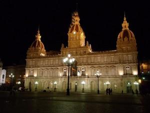 vista nocturna de la plaza de maria pita