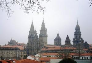vistas de la catedral con niebla
