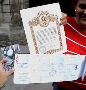 Peregrinos mostrando su Compostela
