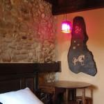 Hotel Puerta del Perdon detalle de artesanía en pared de habitación