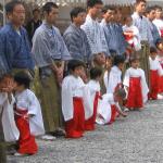 Fiesta sintoísta del Kumano-niños con sus padres