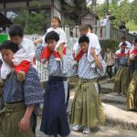 Fiesta sintoísta del Kumano-Padres caminan con sus hijos en los hombros