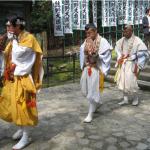 Monjes budistas (anacoretas) corriendo en el Kumano Kodo
