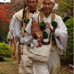 Monjes budistas (anacoretas) corren por el Kumano Kodo