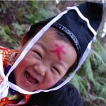 Niño en una fiesta sintoísta del Kumano